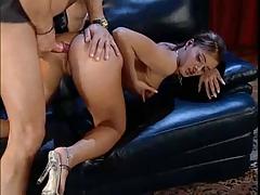 Возбужденная Французская фифа трахается на диване порно
