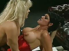 Три грудастые лесбиянки используют накладные члены порно