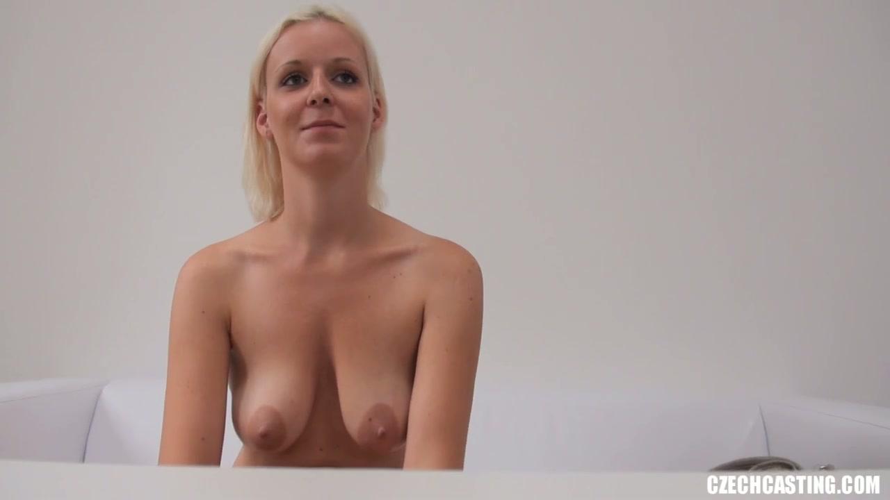 Шатенка пришла на порно кастинг, где делает селфи раздетой