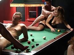 Свингерская оргия в бильярдном клубе удалась на славу порно
