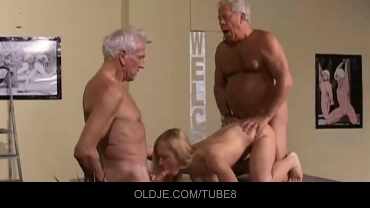 Старики привели домой молодую брюнетку и она сделала им минет