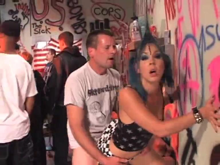 Секс панков на концерте. порно