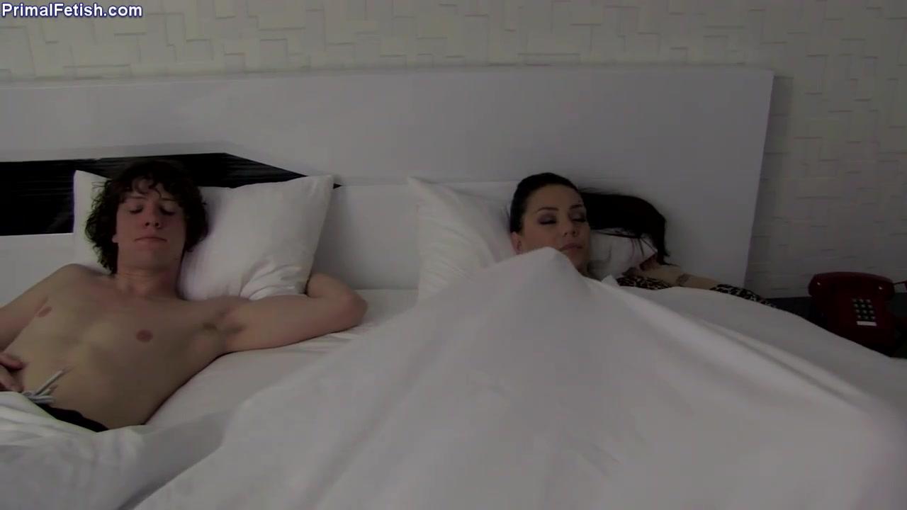 Озабоченный молодой парень трахает спящую женщину в кресле
