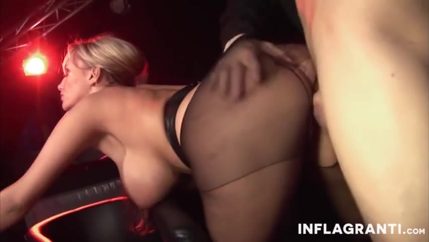 блондинку трахают в ночном клубе видео