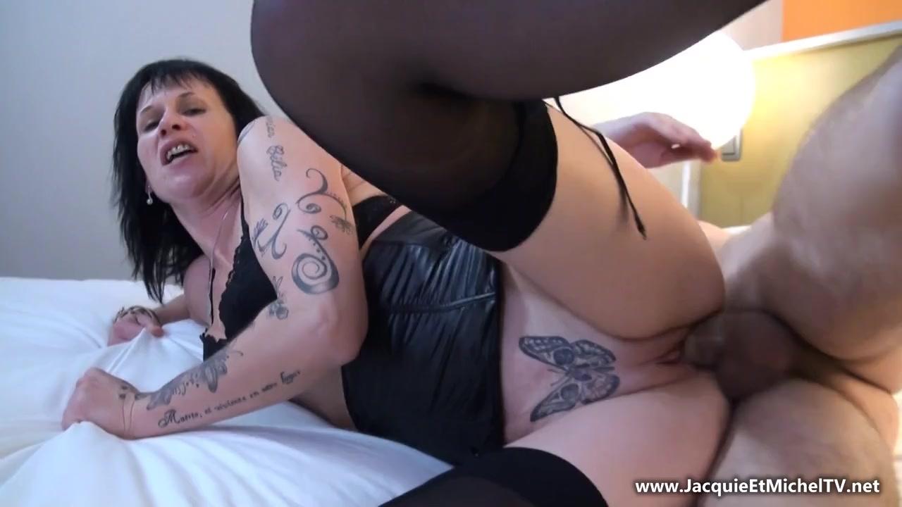 Худощавая, французская мамочка-проститутка в татушках и чулках обслуживает ненасытного студента с большим членом трахаясь во все дыры порно