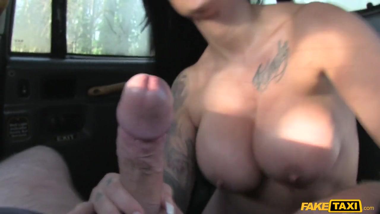 Порнозвезда соблазнила старого таксиста и расплатилась классным сексом в машине Candy Sexton порно