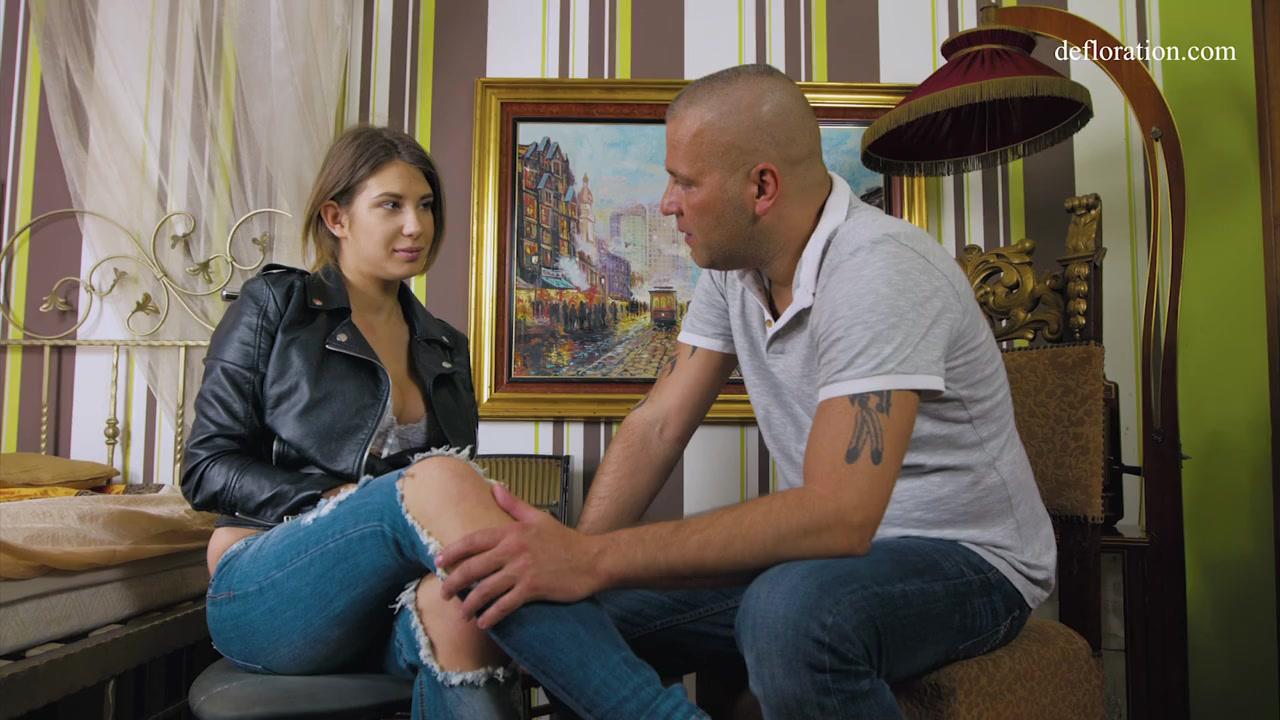 Первый секс - Красивая 18-ти летняя девственница первый раз занимается сексом и лишается девственности с опытным любовником Aza Puzo порно