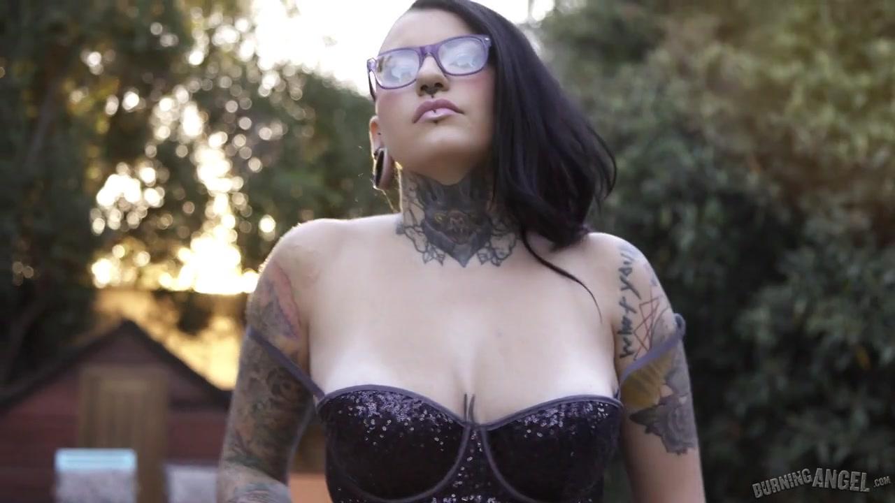 Красивая русская брюнетка с татуировками красиво трахается мужа жопу