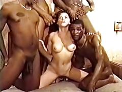 Этой белой шлюхе приходится не легко с голодными неграми порно