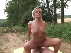 Зрелая блондинка раздвинула ноги на природе порно