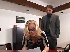 Сладкая секретарша шпилится с боссом порно