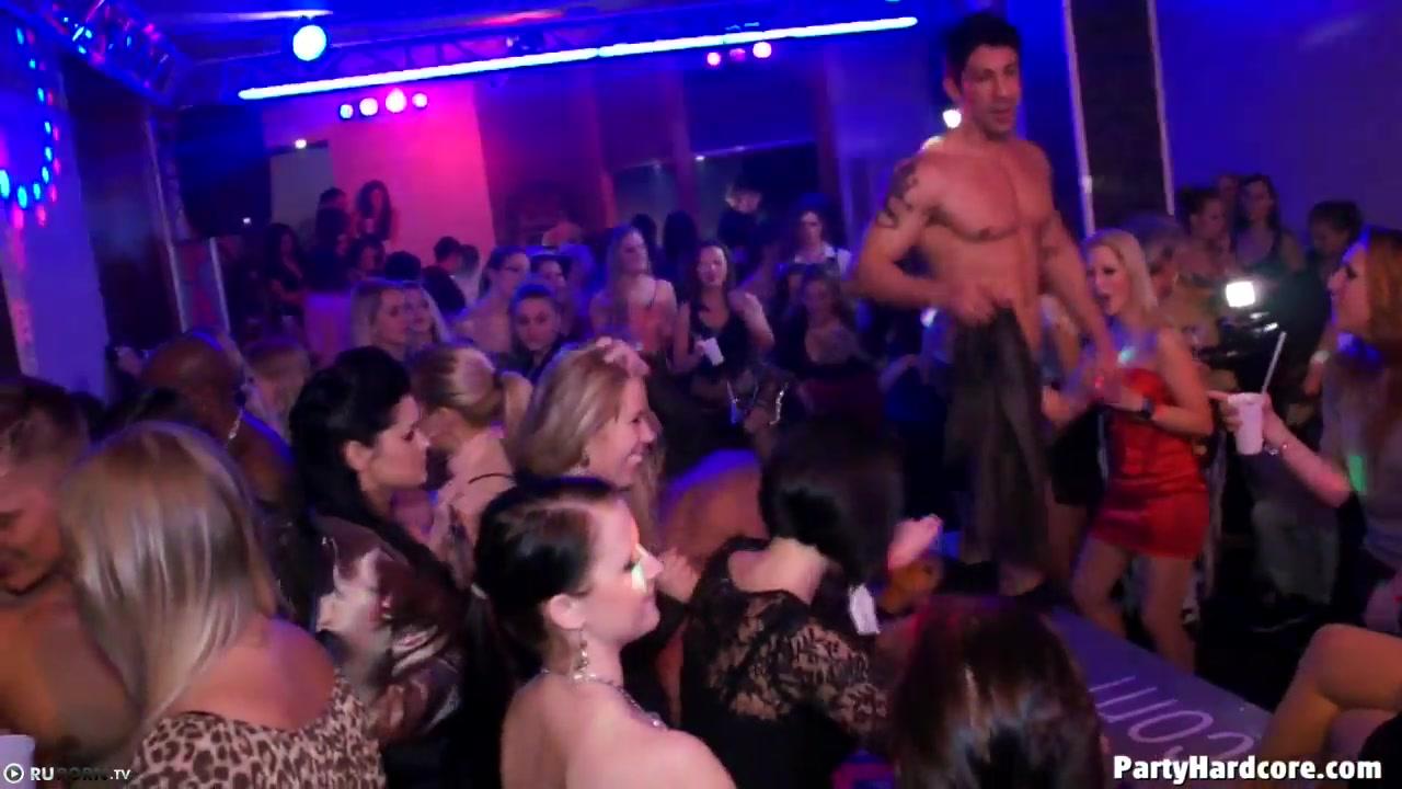 Порно вечеринка с пьяненькими доступными девушками и накаченными стриптизерами порно