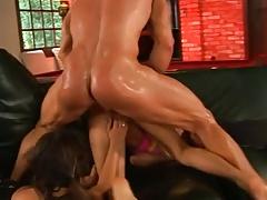 Секс втроем с двумя изголодавшимися по сексу сучками порно