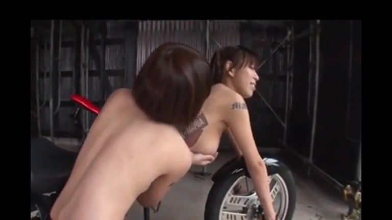 Две япоки стропонятся на велосипеде. порно